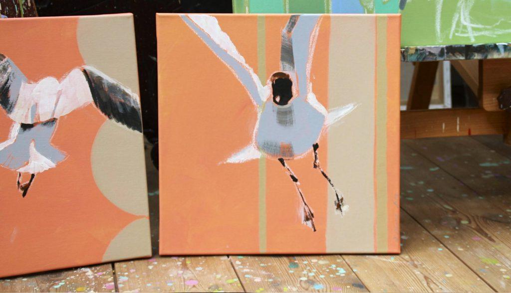 Fliegende Möwen 2 Bilder auf dem Boden stehend