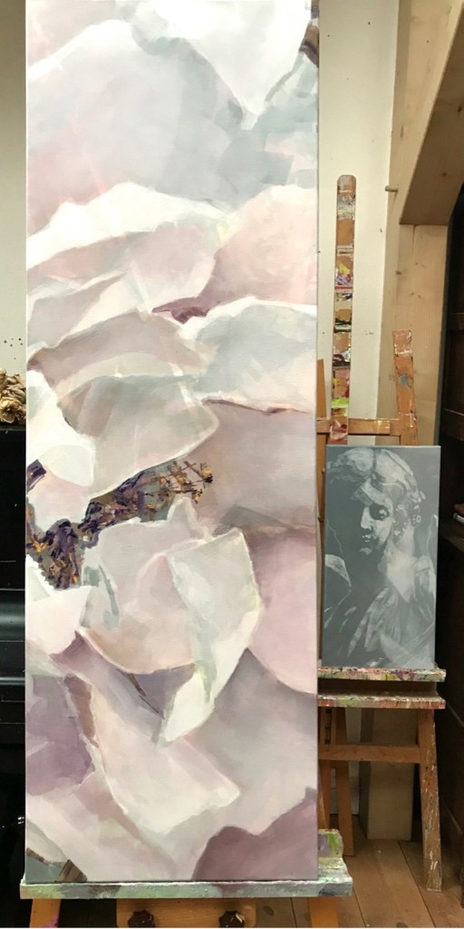 Rosengemälde auf Staffelei im Atelier