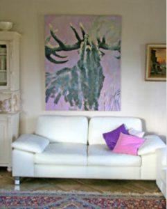 Röhrender Hirsch über Sofa
