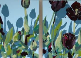 Samtrote Tulpen auf himmelblauem Grund